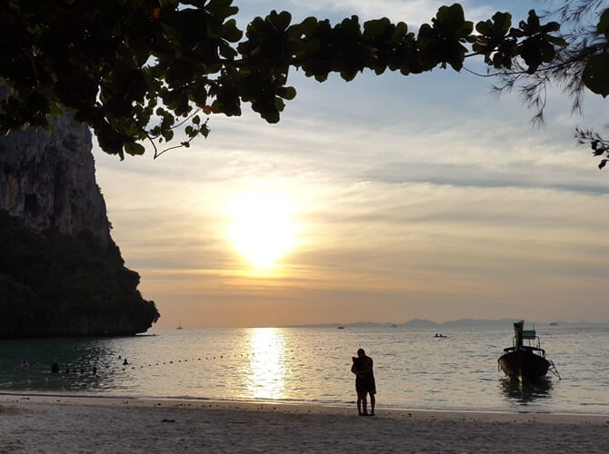 por do sol railay beach tailandia