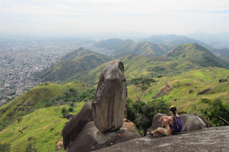 trilha da pedra do osso em realengo rj por vivian telles